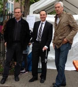 Im Bild v.l.: Walter Schwaiger, Christoph Traub und Rudolf Lienemann bei der Maibaumaufstellung in Bernhausen.